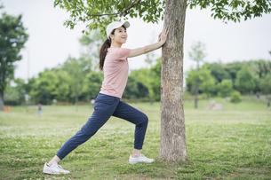 公園で運動する女性の写真素材 [FYI04866165]