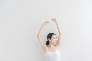 ストレッチ・体操をする女性の写真素材 [FYI04866178]