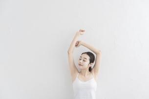 ストレッチ・体操をする女性の写真素材 [FYI04866179]