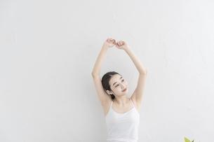 ストレッチ・体操をする女性の写真素材 [FYI04866180]