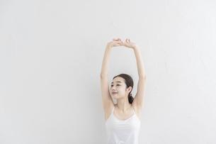 ストレッチ・体操をする女性の写真素材 [FYI04866181]