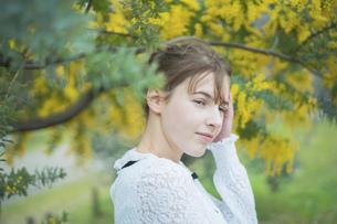 ミモザを鑑賞する女性の写真素材 [FYI04866186]