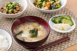 豆腐とわかめの味噌汁の写真素材 [FYI04866194]