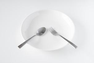 白いお皿・フォーク・スプーンの写真素材 [FYI04866196]