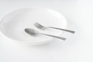 白いお皿・フォーク・スプーンの写真素材 [FYI04866198]