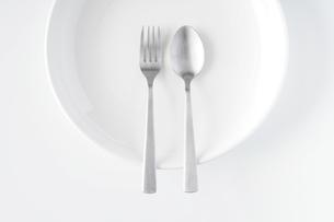 白いお皿・フォーク・スプーンの写真素材 [FYI04866199]