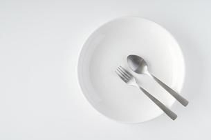 白いお皿・フォーク・スプーンの写真素材 [FYI04866201]