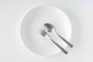 白いお皿・フォーク・スプーンの写真素材 [FYI04866203]