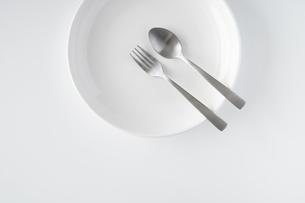 白いお皿・フォーク・スプーンの写真素材 [FYI04866205]
