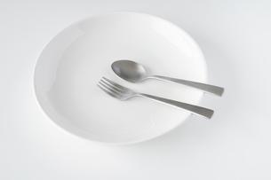 白いお皿・フォーク・スプーンの写真素材 [FYI04866206]