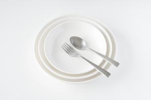 白いお皿・フォーク・スプーンの写真素材 [FYI04866208]