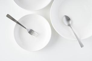 白いお皿・フォーク・スプーンの写真素材 [FYI04866211]