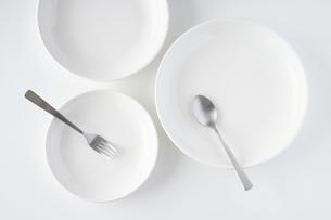 白いお皿・フォーク・スプーンの写真素材 [FYI04866213]
