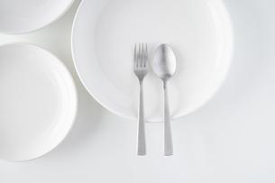 白いお皿・フォーク・スプーンの写真素材 [FYI04866215]