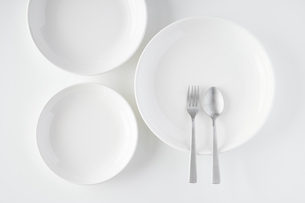 白いお皿・フォーク・スプーンの写真素材 [FYI04866217]