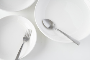 白いお皿・フォーク・スプーンの写真素材 [FYI04866219]