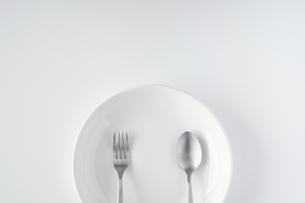 白いお皿・フォーク・スプーンの写真素材 [FYI04866220]