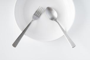 白いお皿・フォーク・スプーンの写真素材 [FYI04866223]