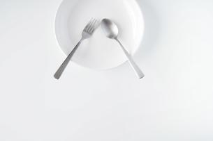 白いお皿・フォーク・スプーンの写真素材 [FYI04866225]