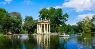 まるで絵のような風景、ローマのボルゲーゼ公園、アスクレピオスの神殿が建つ「湖の庭園」でボート遊びの写真素材 [FYI04866235]