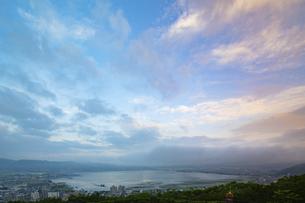 諏訪湖(日本・長野)の早朝の風景の写真素材 [FYI04866241]
