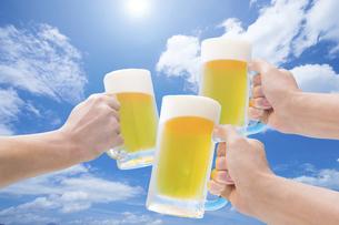 青空と生ビール の写真素材 [FYI04866259]