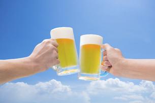 青空のもと生ビールで乾杯の写真素材 [FYI04866263]