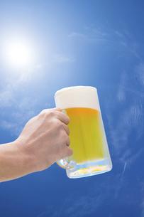 青空のもと生ビールを飲むの写真素材 [FYI04866268]