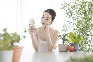 肌のセルフケアをする女性の写真素材 [FYI04866280]