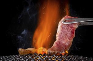 焼肉屋で肉を焼くの写真素材 [FYI04866291]