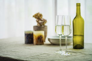 Two glasses of sparkling wine on dining table.Modern lifestyle image.の写真素材 [FYI04866310]