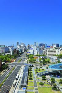 名古屋市 オアシス21・水の宇宙船と町並みの写真素材 [FYI04866429]
