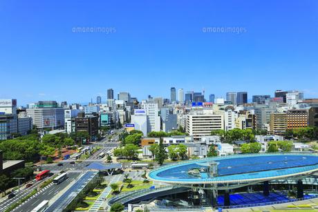 名古屋市 オアシス21・水の宇宙船と町並みの写真素材 [FYI04866430]
