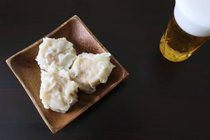 木製の皿にのせた海老シュウマイの写真素材 [FYI04866444]
