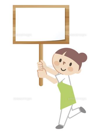 看板を手に持つ女性スタッフのイラスト素材 [FYI04866497]