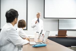 医療従事者の会議の写真素材 [FYI04866590]