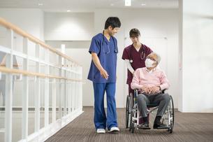 医療従事者と患者の写真素材 [FYI04866778]
