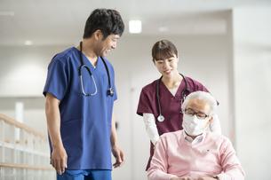 医療従事者と患者の写真素材 [FYI04866779]
