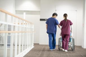 医療従事者と患者の写真素材 [FYI04866782]