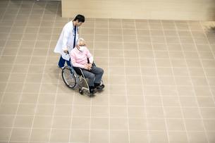 医療従事者と患者の写真素材 [FYI04866802]