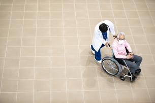 医療従事者と患者の写真素材 [FYI04866803]
