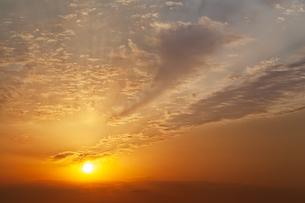 夜明けの太陽と雲の写真素材 [FYI04866805]