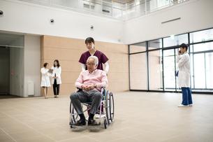 医療従事者と患者の写真素材 [FYI04866815]
