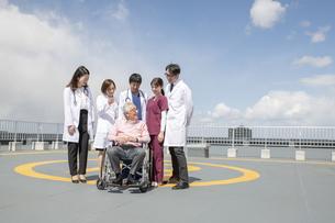 医療従事者と患者の写真素材 [FYI04866844]