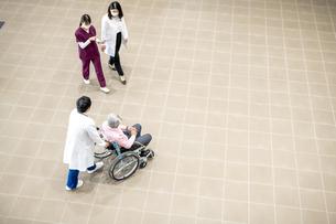医療従事者と患者の写真素材 [FYI04866852]