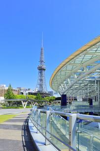 名古屋市 オアシス21・水の宇宙船とテレビ塔の写真素材 [FYI04866865]