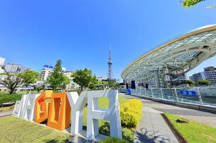名古屋市 オアシス21・水の宇宙船とテレビ塔の写真素材 [FYI04866866]