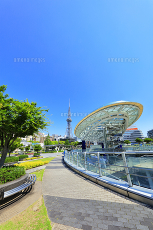 名古屋市 オアシス21・水の宇宙船とテレビ塔の写真素材 [FYI04866867]