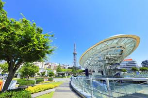 名古屋市 オアシス21・水の宇宙船とテレビ塔の写真素材 [FYI04866868]
