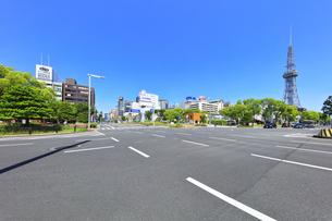 名古屋市 錦通に久屋大通(100メートル道路)の写真素材 [FYI04866873]